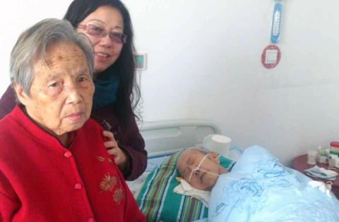 Grandma, aunt, grandpa. 再见, 爷爷